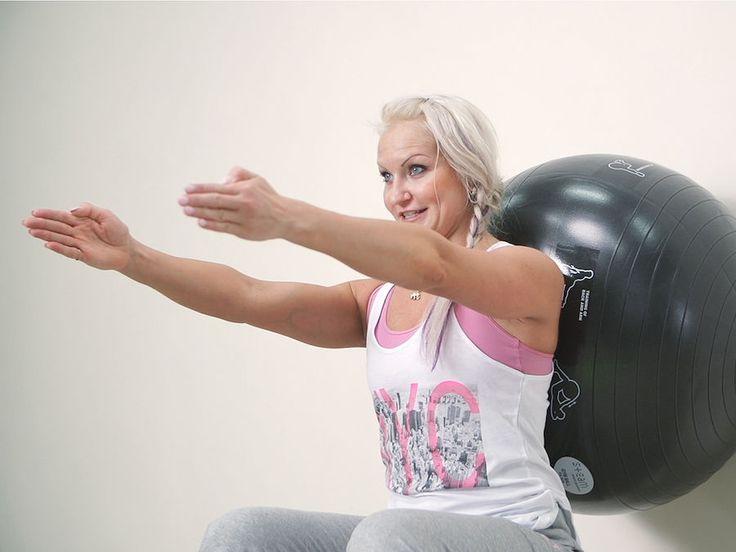 Jumppapallo on oiva liikuntaväline, kun haluat vahvistaa keskivartaloasi. Videolla personal trainer Kira Tiivola näyttää helpot vinkit jumppapallotreeniin kotona. Katso myös kaikki muut kotijumpparin ohjevideot.