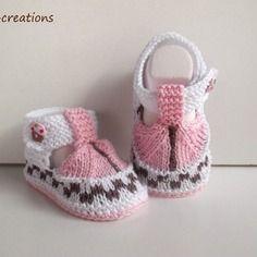 Chaussons bébé tricotés main style sandales, 100% coton, 0/3 mois , blanc, rose,chocolat et son bouton fimo