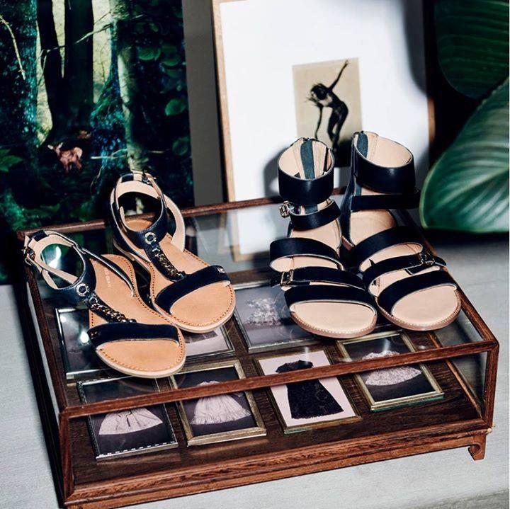 Skórzane sandały z biżuteryjnym łańcuszkiem to kwintesencja elegancji. W naszym sklepie znajdziecie je w kolorze beżowym.