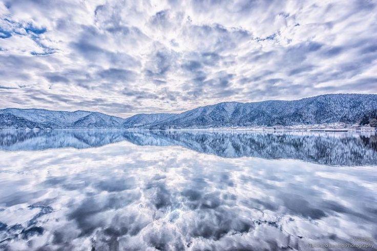 いま、ツイッターで話題になっている「日本のウユニ塩湖」をご存知ですか?南米・ボリビアまで行かなくとも、あの美しい光景がみれる?いや、本家ウユニ塩湖でさえも超える?息を呑むほど素晴しい、絶景写真をご紹介します! 世界よ、これが日本のウユニだ! この「日本のウユニ」は、滋賀県にある余呉湖(よごこ)。鏡面のような湖に写る空は、本物のウユニに負けない美しさです!...