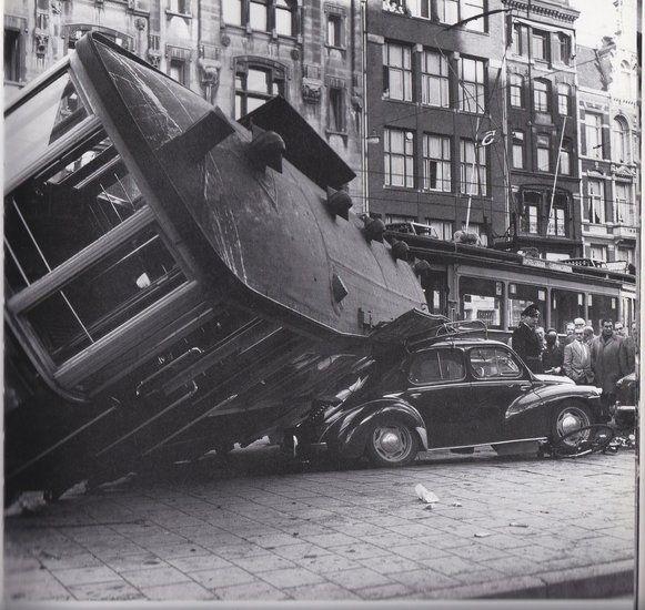 Damrak 1957, tram loopt uit de rails op het Beursplein met als gevolg een Renault die wat schade oploopt