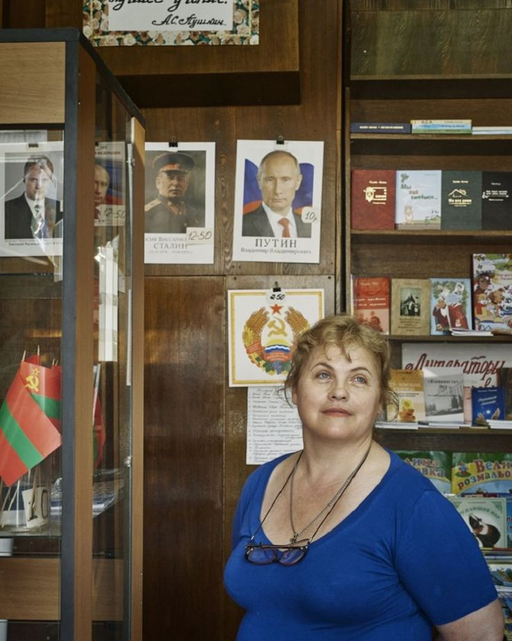 Natalia Yefremova - Vendeuse de souvenirs patriotiques de Transnistrie  / Photos Justin Barton
