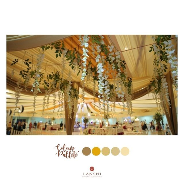 Desain pregola dengan slayer gold dan rangkaian bunga artificial berukuran kecil yang menjuntai  Cantiknya seperti ada tanaman yang merambat di bagian atap pregola ini