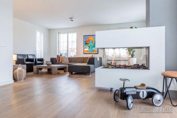 Mooie ruime woonkamer in de klassieke jaren 30 woning. Met een doorkijk haard.