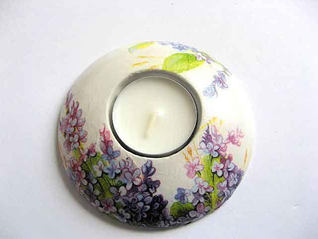 #Design #flori #mov si #violet pe #fundal #alb, #suport #lumanare #ipsos si lumanare cu #model #floral. #Produs #lucrat #manual din categoria #decoratiuni pentru #casa si #gradina. http://handmade.luxdesign28.ro/produs/flori-mov-si-violet-suport-lumanare-ipsos-si-lumanare-cu-model-floral-21716/