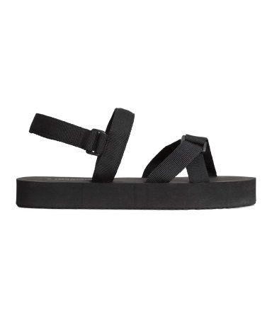 Sandalen mit Stoffriemen und kleinem Plateau. Knöchelriemen mit Klettverschluss. Weiche Sohle aus Gummi. Plateauhöhe 2,5 cm.