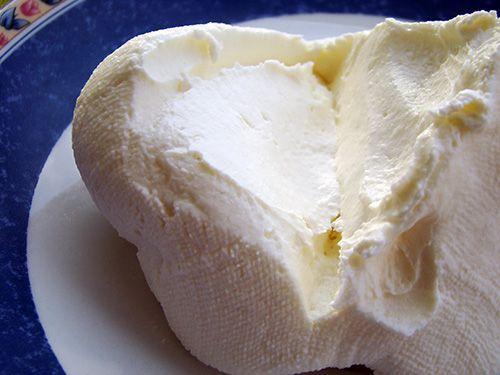 """Многие, готовя некоторые блюда итальянской кухни, встречая в ингредиентах слово """"маскарпоне"""" не понимают что это такое и чем можно его заменить. Маскарпоне - это итальянский сливочный сыр, который часто используется для приготовления всеми любимых чизкейков и других десертов. Если Вы не можете найти этот сыр в магазине, то предлагаю присоединиться ко мне, ведь сегодня я расскажу как приготовить маскарпоне в домашних условиях. Главное в этом рецепте - точно придерживаться указанных р..."""