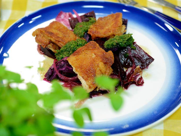 Krispig kyckling med chermoula och ljummen betsallad | Recept från Köket.se