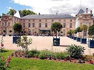 Château Malmaison. Construit entre 1800 et 1802 par les architectes Percier et Fontaine. Le Château acquis par Joséphine de Beauharnais (épouse de Napoléon Bonaparte) qui cherchait des terres près de Paris. Ceci est un exemple unique de style consulaire, élégant et raffiné. Non seulement était la maison de Bonaparte, mais aussi le siège du gouvernement de la France.