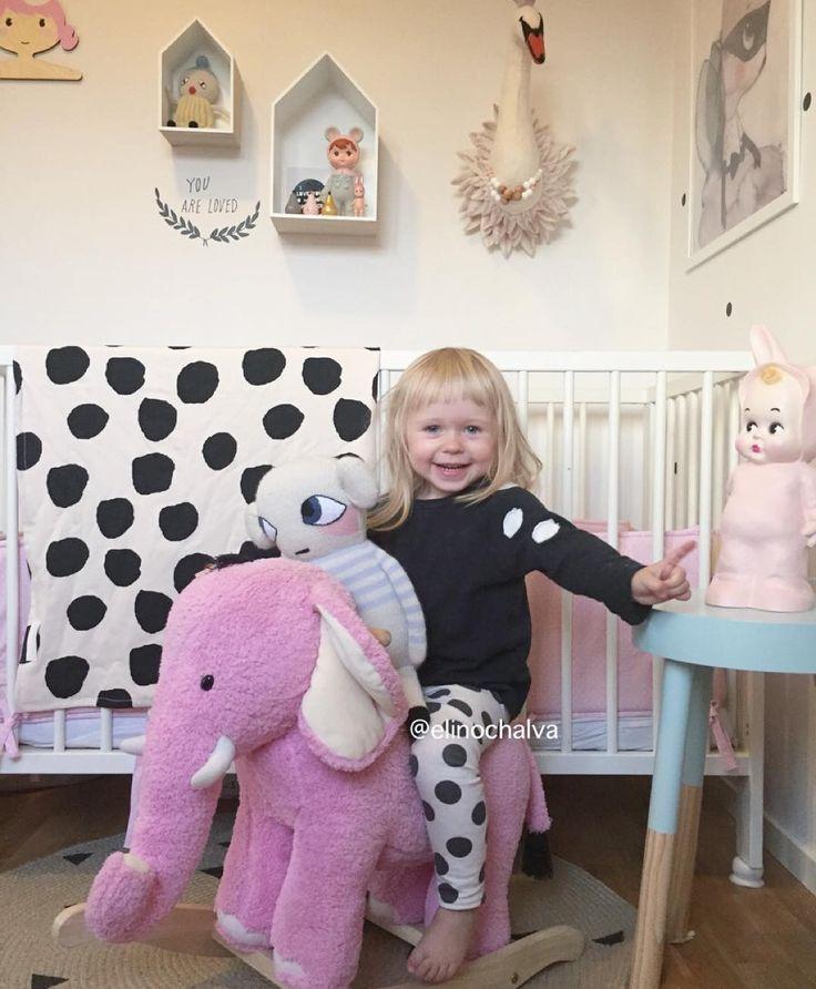 """Elsa thought it was so funny to rock on the elephant together with her favourite doll she couldn't stop laughing and it was just so cute  // Vissa ögonblick är bara för härliga Elsa kom på idag att hon kunde ha sällskap på gungelefanten och varje gång har hon skrattat och sagt """"docka"""" och pekat hur tokigt det är att han också får gunga  #barnerom #barnrum #barnrumsinspo #kidsroom #kidsinspo #kidsdecors #kidsinterior #lapinandme #zarakids #minimocks #luckyboysunday #mausedoll #modelmini…"""