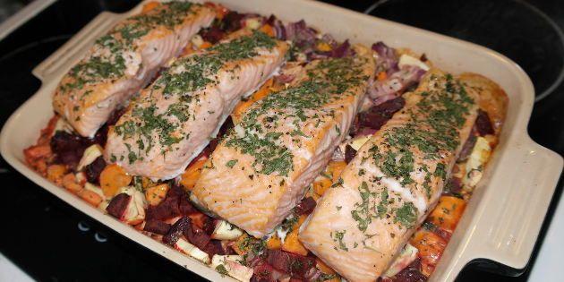 Herlig ovnret med rodfrugter og fløde som steges i  et fad med saftige laksefileter. En sund hverdagsret alle kan lave.