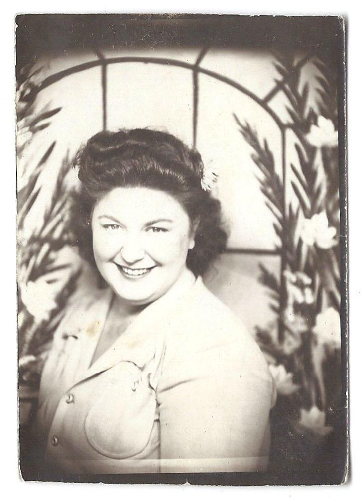 PRETTY CHUBBY LADY PHOTOBOOTH? ARCADE? OLD VINTAGE PHOTO/SNAPSHOT x701
