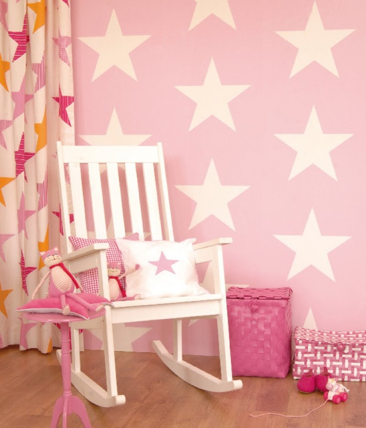 roze kinderkamer met sterretjesbehang