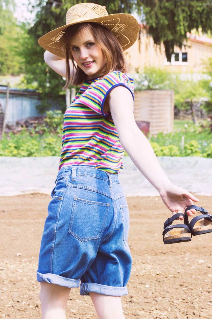 Trendy ist unsere Wilhelma, denn sie sitzt auf der Taille und liegt damit total im aktuellen Trend! Ursprünglich stammt diese kurze Jeans aus dem Kleiderschrank von Frau Marie und überzeugt uns durch ihren tollen Jeansstoff als auch ihren Schnitt. Besonders toll wirkt Wilhelma, wenn man sie mit bunten Shirts, aber auch mit hellen Blusen kombiniert. Aber natürlich ist mit diesem Allrounder alles möglich!