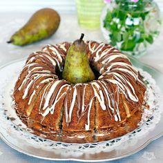 Ringla smält nougat och vit choklad över kakan innan servering.