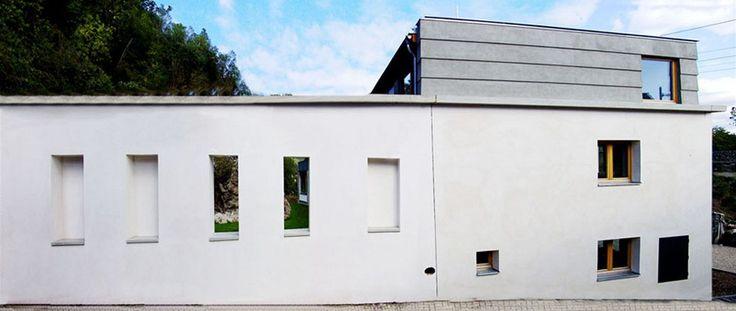Dům 1: Západní křídlo původního domu připomíná zděný plot. Na místě křídla mohla vzniknout zahrada.