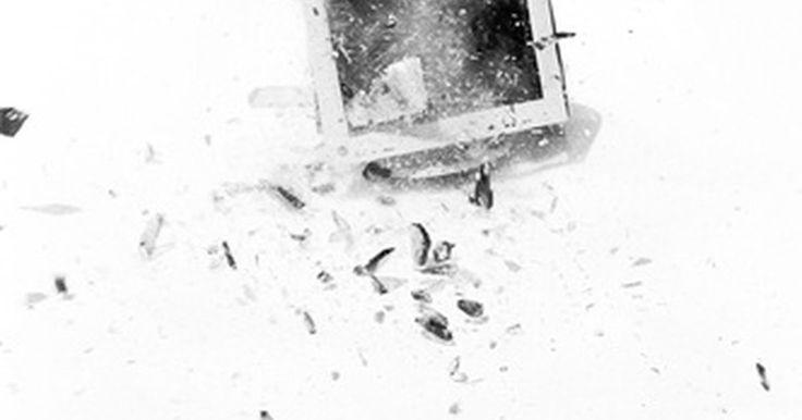 Qué se puede hacer con los monitores y las impresoras viejas. Los accesorios informáticos se vuelven anticuados rápidamente a medida que aparecen los modelos nuevos y elegantes son colocados en las estanterías de las tiendas sobre una base regular. Los propietarios tienen varias opciones para eliminar el hardware anticuado como los monitores y las impresoras.