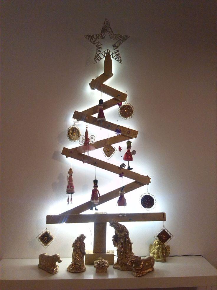 Uma das árvores de Natal cá de casa. Madeira tosca reaproveitada