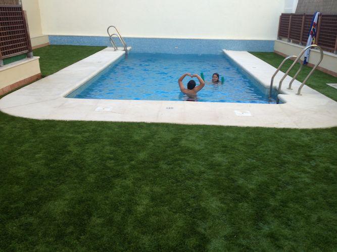 Instalación de césped artificial piscina Cda. Propietarios, Jerez de la Frontera.