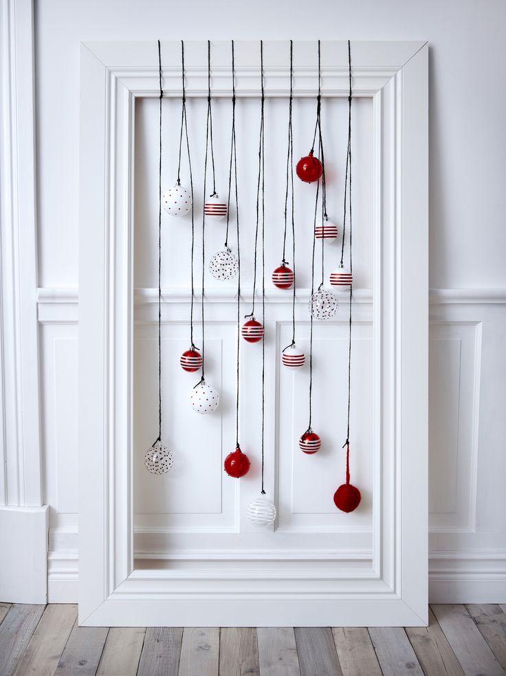Superleuk idee van Ikea: maak een compositie van je favoriete kerstballen en hang deze met simpel touw of mooie linten in een decoratieve lijst. Hierdoor komen de kerstballen mooi uit