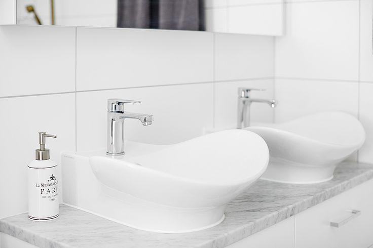 Miller bathroom seen in a house for sale on vastanhem.se. Foto by: @dayfotografi. 120 cm vanity with carrara marble work top Miller Badrum