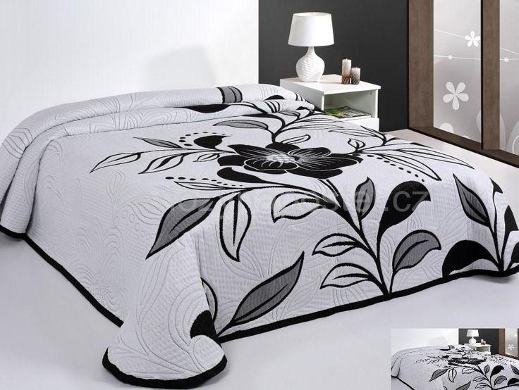 Přehoz na postel oboustranný bílé barvy s černým květem