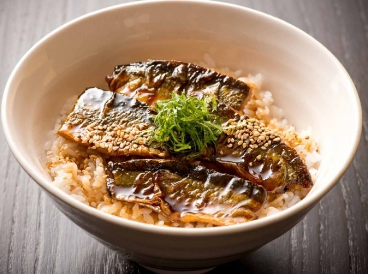 さんまの蒲焼き丼 - 野永 喜三夫シェフのレシピ。割合は、醤油(1):酒(1):みりん(2)。この比率を守ればおいしい蒲焼きができあがります。