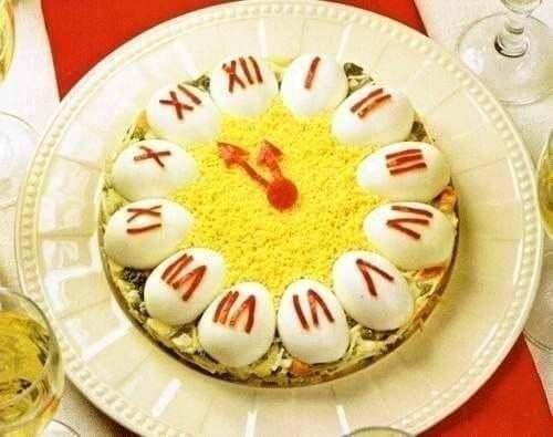 Салат ЧАСЫ Ингредиенты: -картофель — 5 шт, -морковь — 2 шт, -яблоко — 1 шт, -яйца — 6 шт, -соленые огурцы — 2 шт, -репчатый лук — 1 шт, -зеленый горошек — 250 гр, -красный болгарский перец — 1 шт, -майонез, — соль.