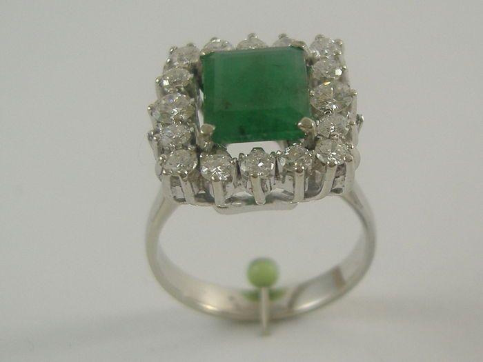 """18 kt witgouden ring met smaragd en diamanten  18 karaat wit gouden ring met centrale smaragd en diamanten - Gewicht: 57 g3.4 ct emerald met tuin-achtige insluitsels.Van de emerald kwaliteit is zeer goed met het effect van de zogenaamde """"shine"""".Het is heel gebruikelijk voor edelstenen te worden behandeld. Het item in kwestie is niet op deze manier geverifieerd.1.24 ct briljant geslepen diamanten.Kleur: FDuidelijkheid: VS1Bovenste gedeelte metingen: 16 x 15 mmVerzekerde verzending express…"""