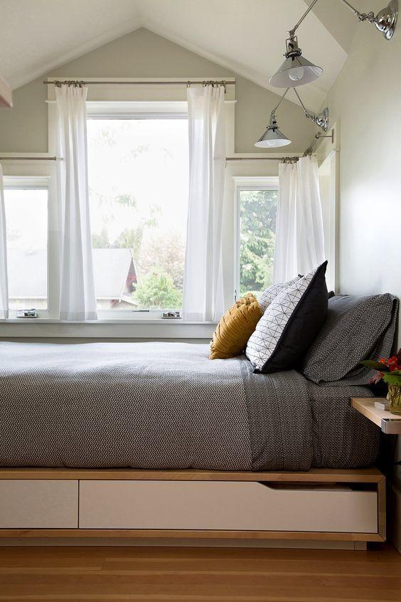 Элегантная кровать с выдвижными ящиками под ней.  (спальня,дизайн спальни,интерьер спальни,мебель,интерьер,дизайн интерьера,хранение,гардероб,шкаф,комод) .