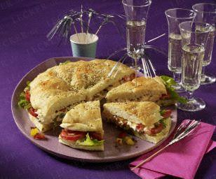 Gefülltes Fladenbrot - Speck, Salat, Paprikaquark, Tomaten