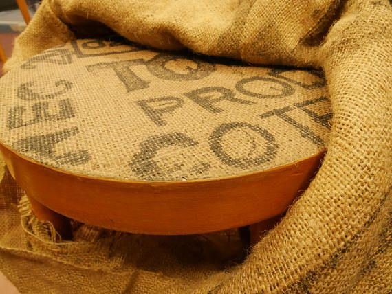 Ce tabouret très simple en bois a été recouverte à la main avec une toile de jute, un ancien sac à café en grosse maille. Cette technique artisanale brevetée, permets de recouvrir de tissu tous types de supports et notamment des chaises ! En effet, cette technique permets au tissus de : - sadapte aux formes complexes et arrondies - résister aux temps - imperméable - tout en gardant son effet et son touché tissu.