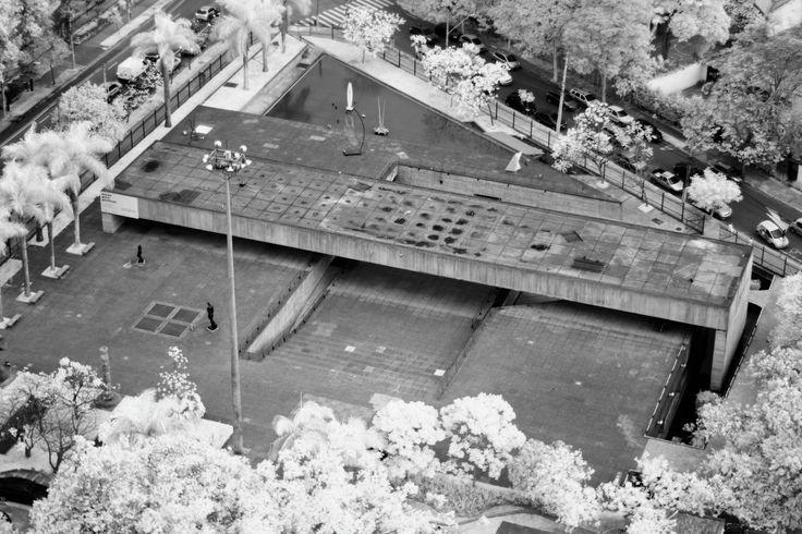 Construído na 1987 na São Paulo, Brasil. Que um edifício destinado à exibição de obras de escultura seja caracterizado por uma imensa laje de concreto protendido que cobre menos de um quinto...