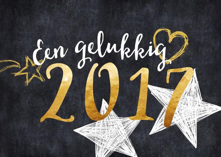 Hippe nieuwjaarskaart voor een gelukkig 2017, met chique letters en getekende sterren op een krijtbord achtergrond, verkrijgbaar bij #kaartje2go voor €0,99