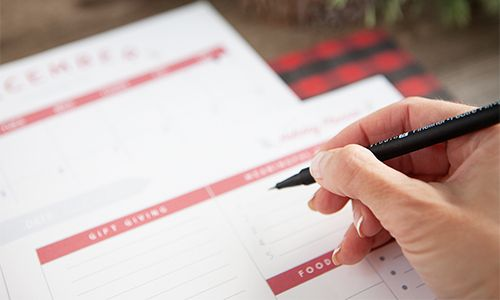 This comprehensive system of free organizational printables is sure to help you stay on top of life this year! Enjoy a weekly planner, a daily to-do list and schedule, a meal planner, and a 2016 calendar—all for free.