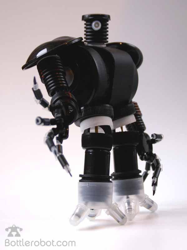 Bottlerobot. Robots con trozos de botellas plásticas recicladas.  Antoine Geoffrion crea robots elaborados íntegramente con botellas de plástico. Alguno de ellos son autenticas obras de arte. http://ecoinventos.com/bottlerobot-robots-con-trozos-de-botellas-plasticas-recicladas/