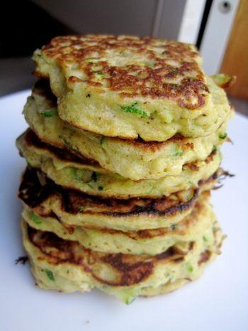 Pancakes de courgettes : pour 15 pancakes, 1/2 tasse de farine, 1 cac ail poudre, 1 pointe epice à chili, sel, 1 cac levure, 1/4 tasse parmesan, 2 courgettes rapées, 1 oeuf battu