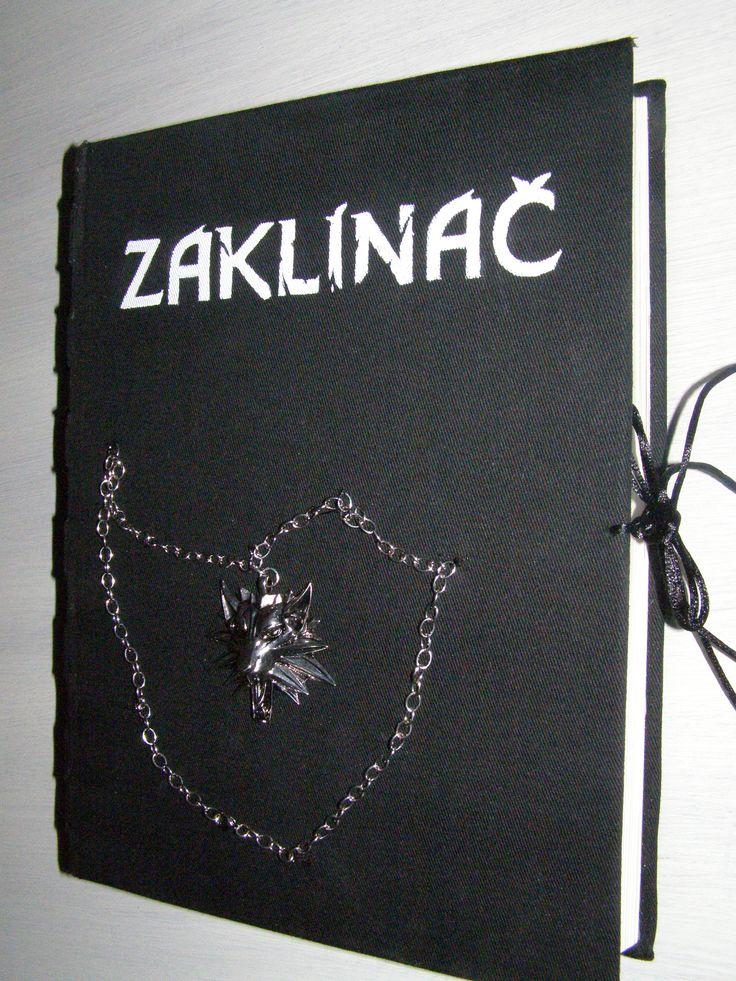 Na starou knížku jsem přilepila látku ,prošila hřbet a napsala nápis Zaklínač a lehce přišila znak. Vevnitř je knížka vyřezaná aby tam mohly být náušnice. Tvořila jsem to pro Věrku.