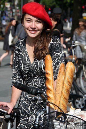 パリジェンヌがお手本♡真っ赤なベレー帽は一つに結んでサイドに流す♬帽子に合うヘアアレンジ