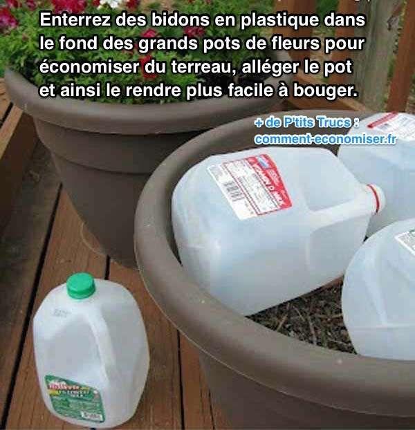 Heureusement, il existe un truc pour économiser du terreau dans les pots de fleurs. L'astuce est d'enterrer des bidons en plastique dans le fond des pots.  Découvrez l'astuce ici : http://www.comment-economiser.fr/economiser-terreau-dans-pots-fleurs.html?utm_content=buffer88b66&utm_medium=social&utm_source=pinterest.com&utm_campaign=buffer