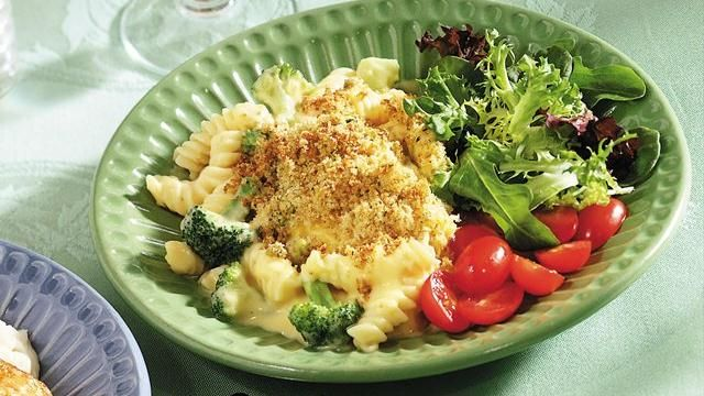 Looking for a cheesy pasta dinner? Then serve your family this meatless casserole made using Green Giant® broccoli and topped with Progresso® bread crumbs.