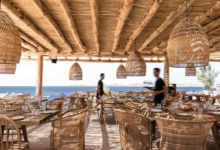 Hermoso estilo rústico mediterráneo es lo que encontramos en el recién inaugurado club de playa Scorpios Mykonos, un espacio impresionante y sereno.