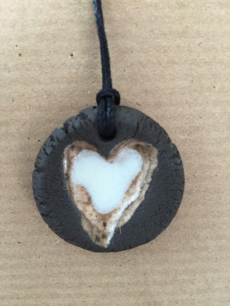 Čokoládové+srdce+Keramický+glazovaný+přívěšek.+Šper+je+zavěšený+na+černém+povoskovaném+provázku.+rozměr:+průměr+přívěšku+3+cm