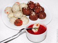 Шарики с творогом , цукатами,  маком и клубнычным соусом