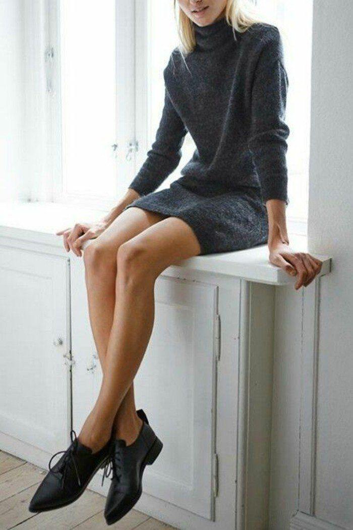 look élégant à adopter au bureau, derbies et robe pull col roulé grise