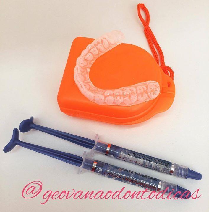 Como funciona o clareamento dental? Os dentes são permeáveis permitindo a entrada das moléculas do gel no esmalte e na dentina. O clareamento é feito com peróxido de hidrogênio ou peróxido de carbamida. O clareamento ocorre através da ação de 'quebra' de moléculas dos pigmentos causadores de manchas as quais são removidas por difusão resultado da ação do peróxido. O tratamento dura no mínimo 15 dias e é recomendado a partir dos 15 anos. Para evitar forte sensibilidade é indicado uma…