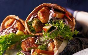 Kyllingekødboller med rødkålssalat i fladbrød Tyrkiske falafler oversat til dansk bliver skovturens højdepunkt.