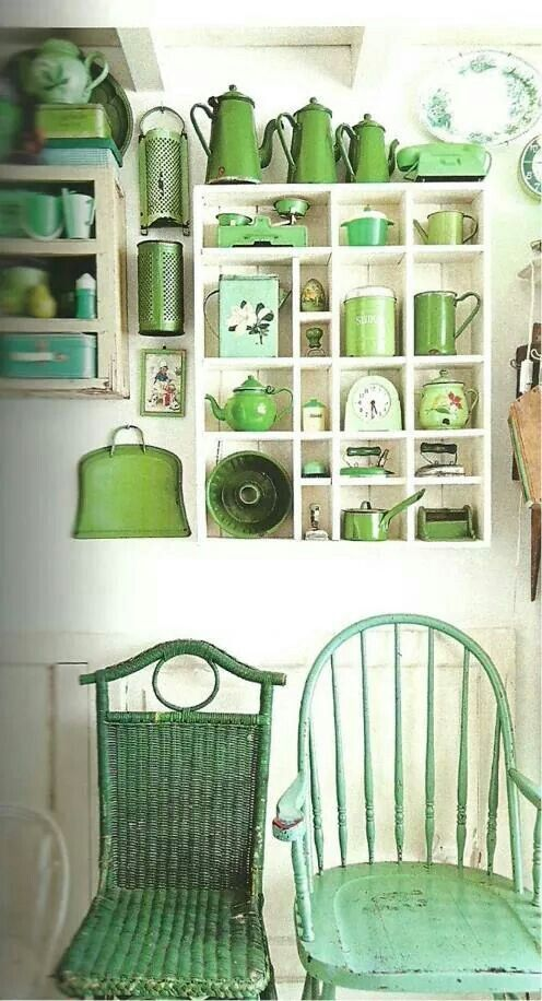 Vintage green kitchen: Vintage Collection, Green Things, Antiques Kitchens Decor, Decor A Vintage Kitchens, Green Kitchens, Green Decor Ideas, Vintage Green, Shades Of Green, Wicker Chairs