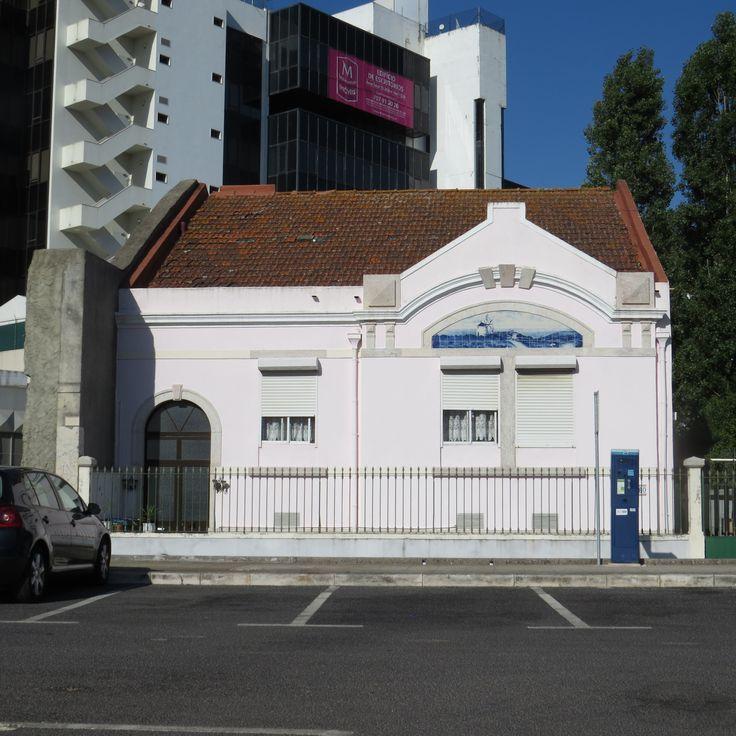 "PAULA ANDRÉ - Lisboa | Campolide | ""casa pequena"" / ""small house"" [photo: Teresa Madeira da Silva] #Azulejo #AzulEBranco #BlueAndWhite"
