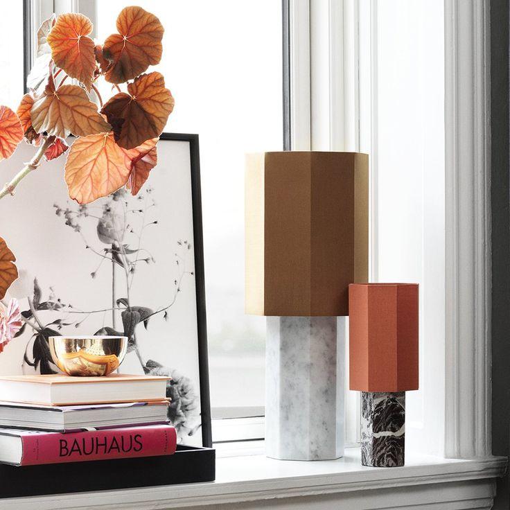Lampe à poser marbre avec abat jour en coton orange et marron design minimaliste